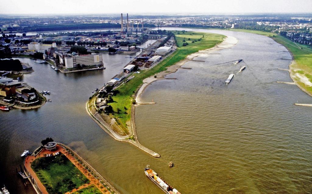 Düsseldorf: Blick vom Rheinturm zum Hafen (1988)