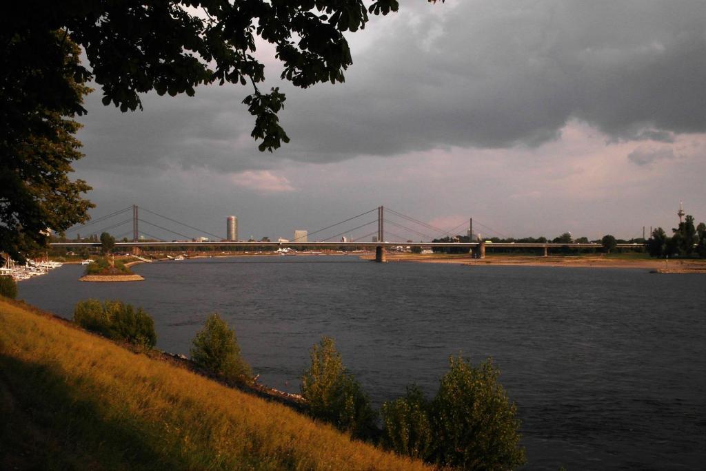 Düsseldorf: Rhein bei Golzheim - Blick nach Süden (2018)