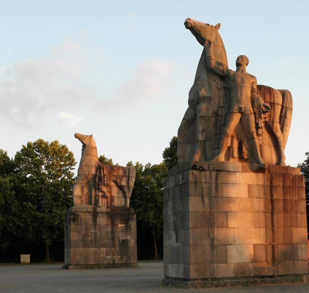Düsseldorf: Rossebändiger am Eingang zum Nordpark (2018)