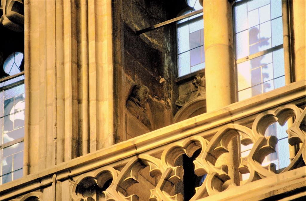 Prag: Veitsdom - Triforium im Chor mit Büste von Peter Parler (2004)