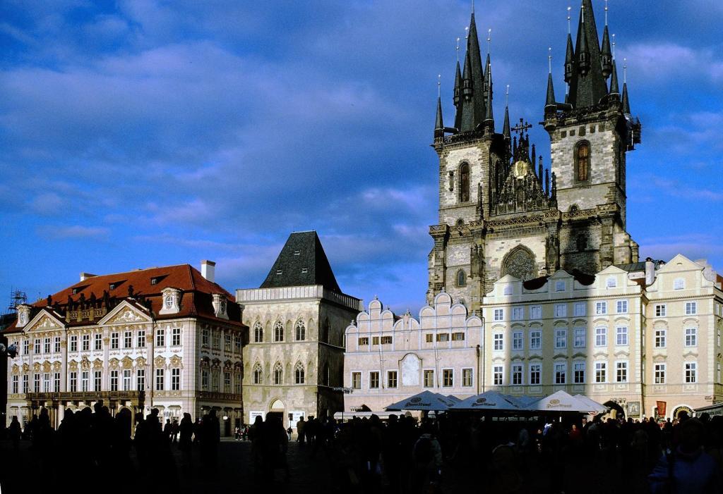 Prag: Altstädter Ring mit Kinski-Palais, Haus mit der Glocke, Teynschule, Teynkirche (2004)