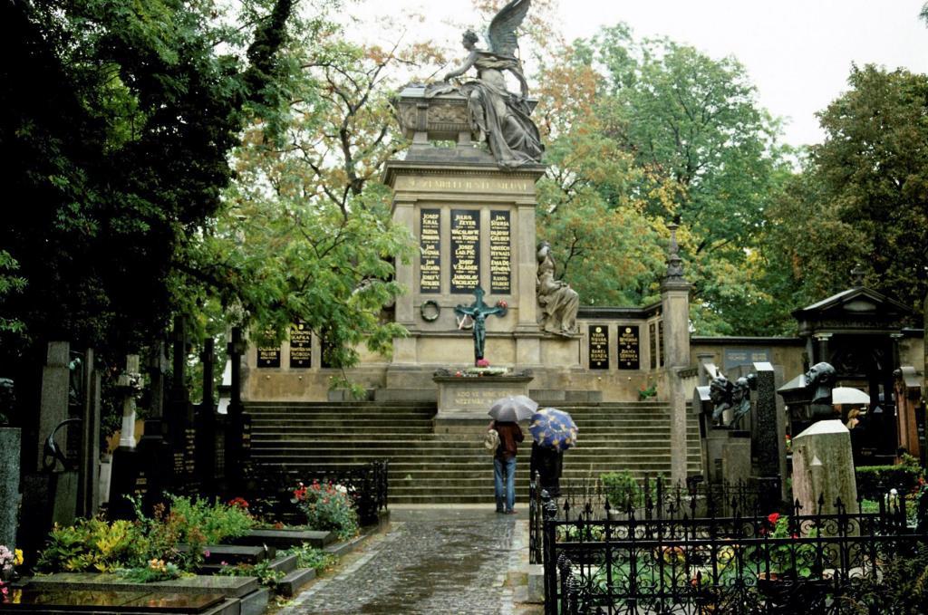 Prag: Wyschehrad - Ehrenfriedhof mit Slavin (2004)