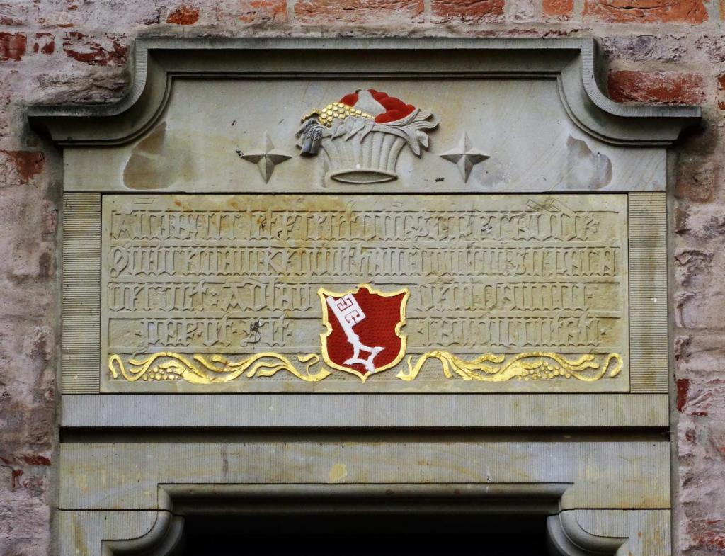 Bad Bederkesa: Burg - Inschrift und Wappen am Haupteingang (2019)