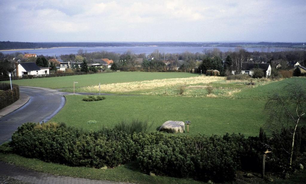 Bad Bederkesa: Blick von der Mühle über den Findling zum See (1990er Jahre)