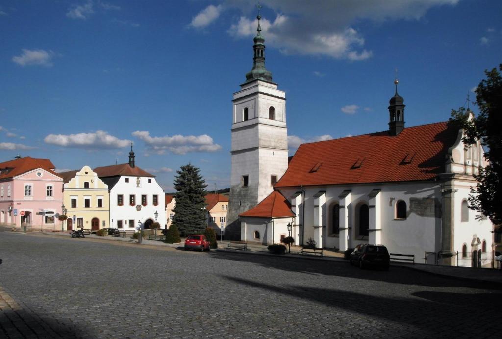 Bischofteinitz [tschech. Horsovský Týn]: Marktplatz mit Peter und Paulskirche (2020)