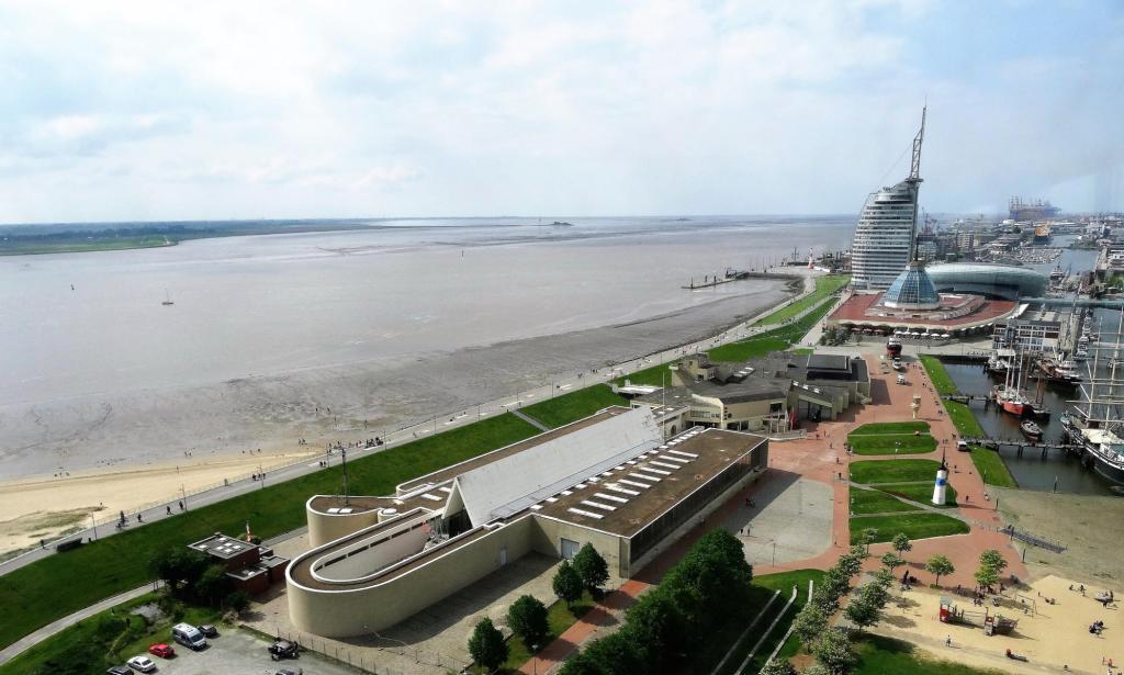Bremerhaven: Blick nach Norden auf die Wesermündung, vorne Schiffahrtsmuseum (2018)