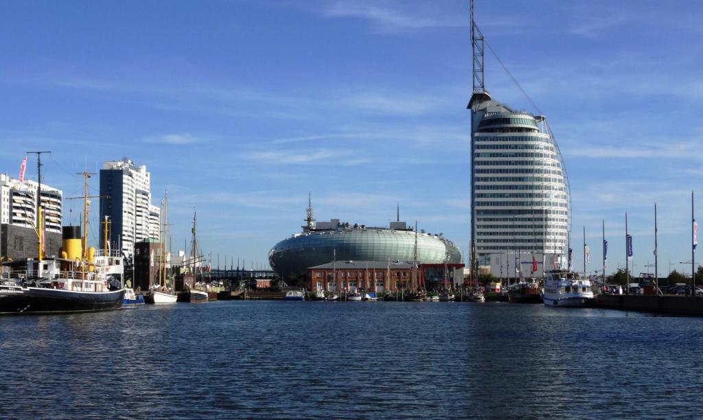 Bremerhaven: Neuer Hafen mit Klimahaus und Sail City Hotel (2016)