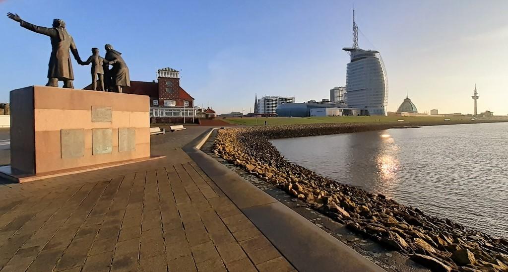 Bremerhaven: Auswandererdenkmal - Strandhalle - Sail City Hotel (2020)