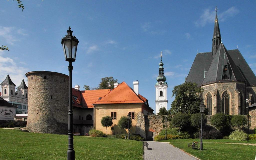 Klattau [tschech. Klatovy]: Stadtmauer mit Schwarzem Turm, Weißer Turm, Marienkirche (2020)