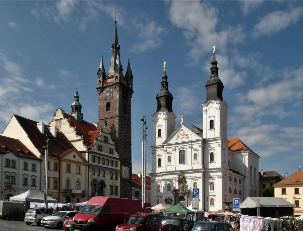 Klattau [tschech. Klatovy]: Marktplatz mit Rathaus und Jesuitenkirche (2020)