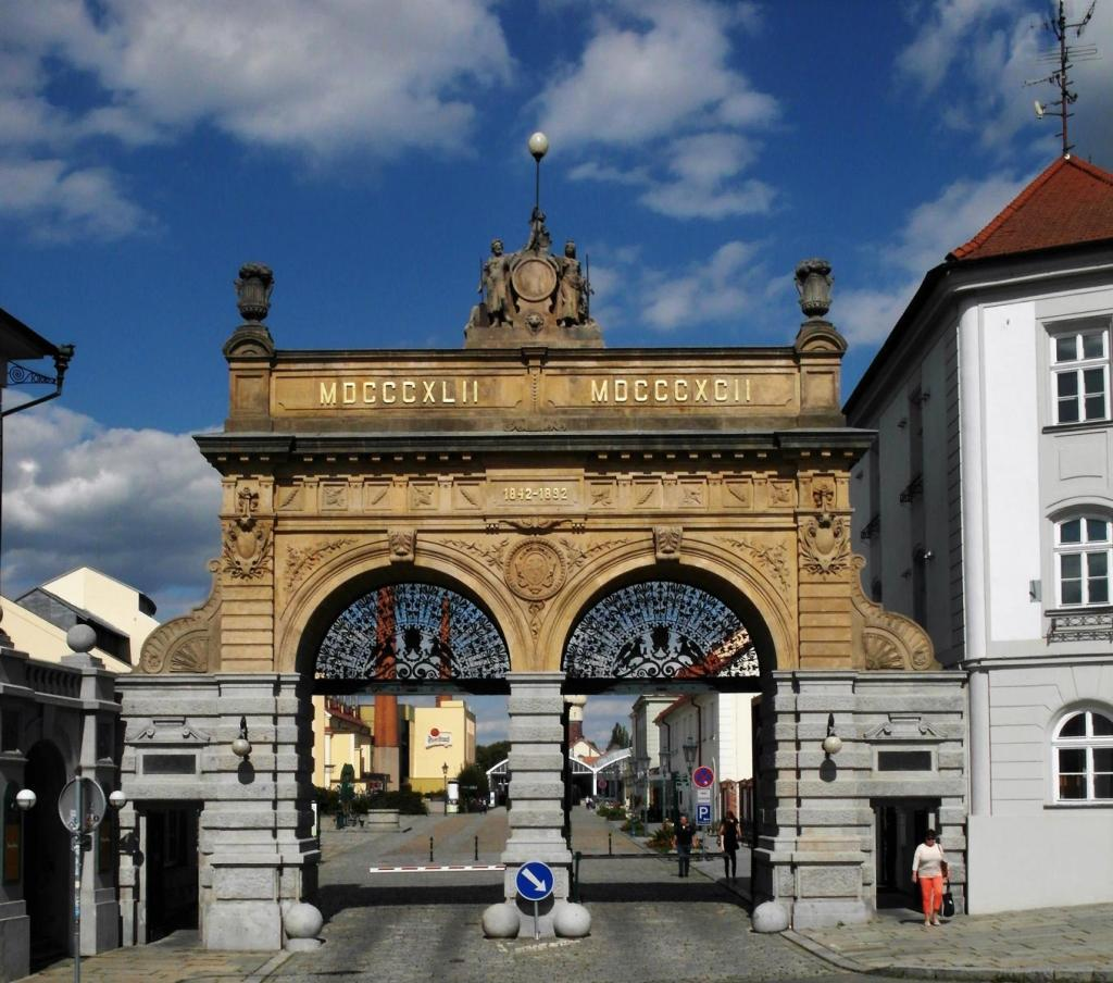 Pilsen [tschech. Plzň]: Pilsner Urquell-Brauerei - Tor (2020)