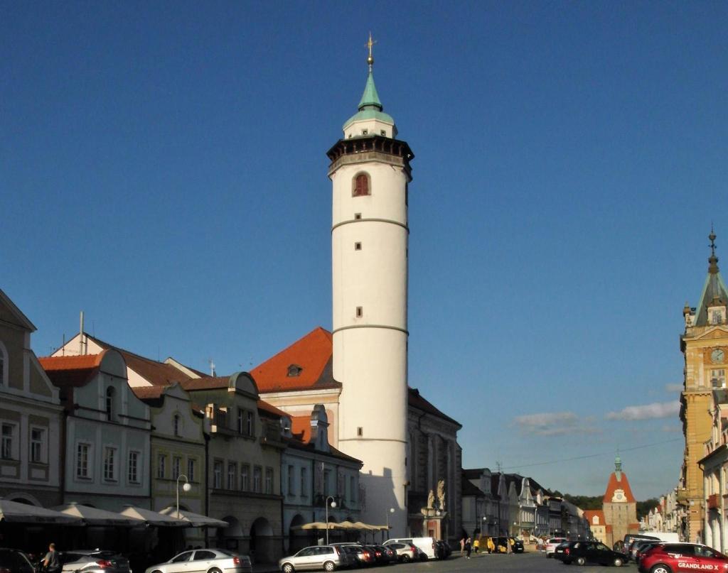 Taus [tschech. Domažlice]: Marktplatz mit Mariä-Geburt-Kirche (2020)