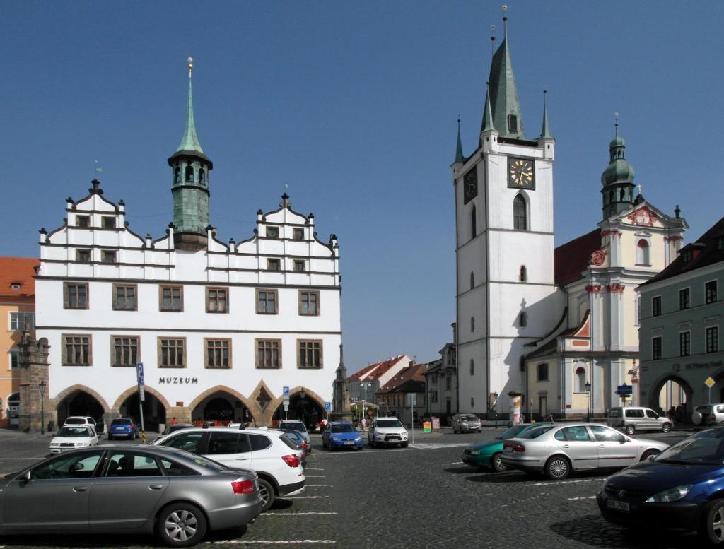 Leitmeritz [tschech. Litoměřice]: Marktplatz mit Rathaus und Allerheiligenkirche (2012)