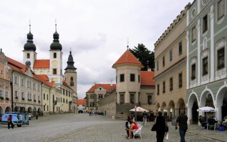 Teltsch [tschech. Telč]: Marktplatz, links Jesuitenkirche, rechts Schloss (2008)