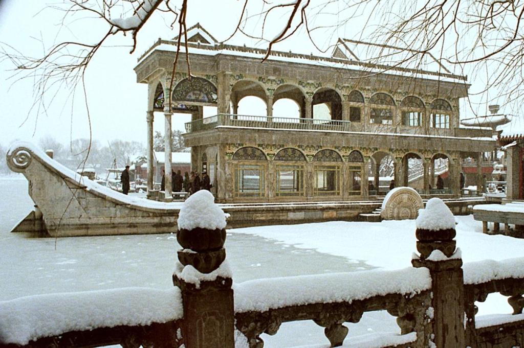 Peking [Beijing]: Marmorschiff im winterlichen Sommerpalast (1979)