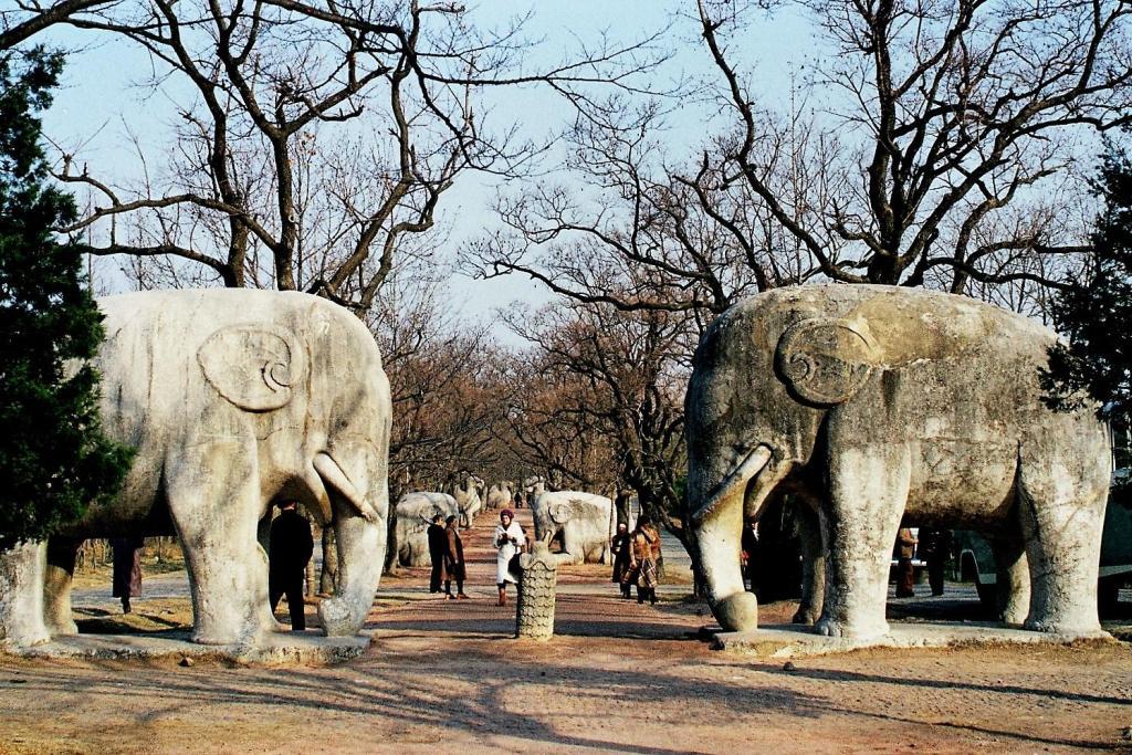 Nanking [Nanjing]: Heiliger Weg zum Ming-Grab (1979)