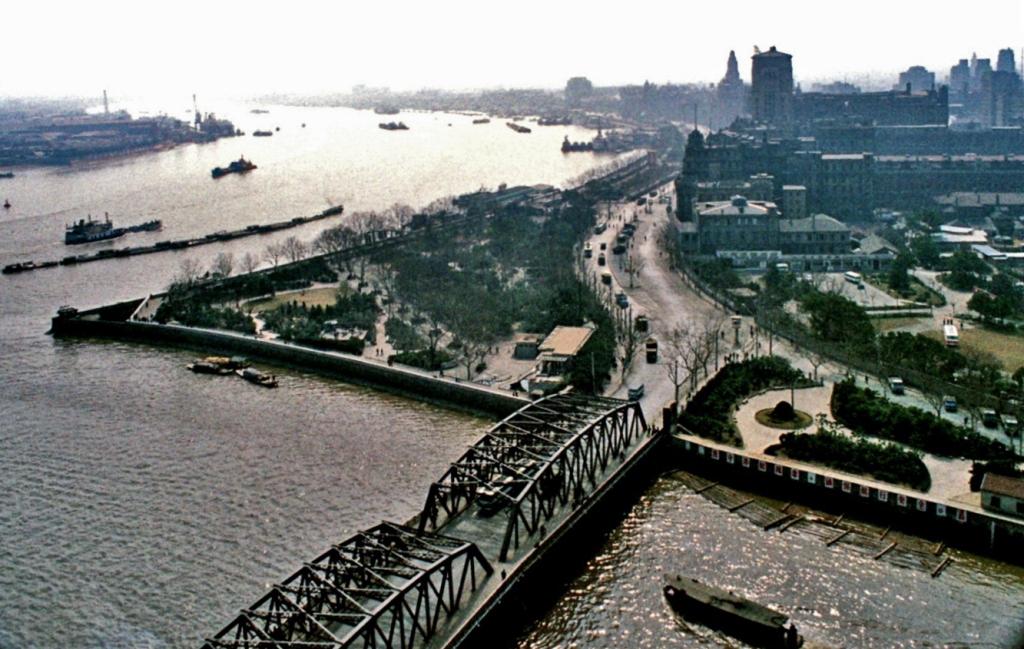 """Schanghai: Blick auf die Uferpromenade """"Bund"""" und die Flüsse Huangpu und Suzhou (1979)"""