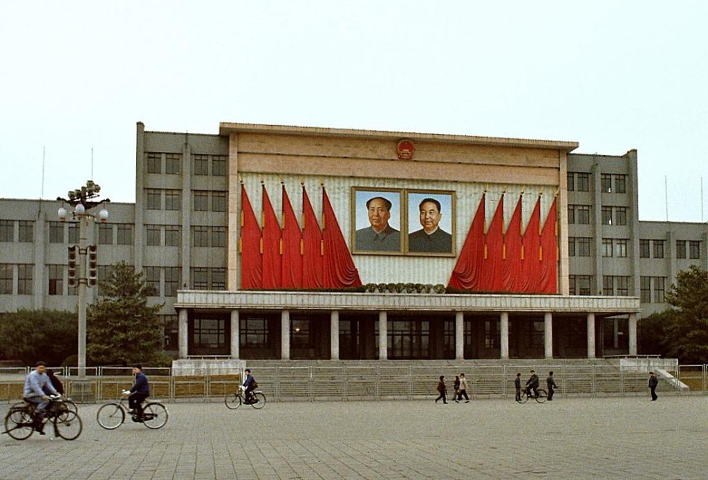 Schanghai: Tribüne mit den Portraits von Mao Zedong und dem damaligen Parteichef Hua Guofeng (1979)